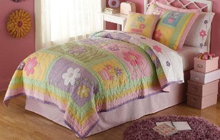 Цветочное покрывало в комнате девочки