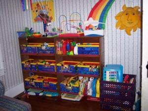 Полки с ящиками для хранения игрушек
