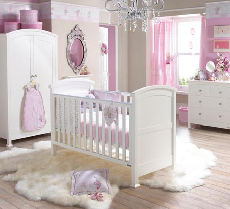 Комната для маленькой девочки в розовых тонах с меховым ковром