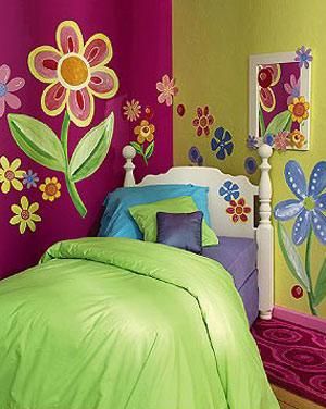 Оформление стены с цветочными наклейками
