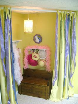 Будуар со шторкой в углу детской комнаты для девочки