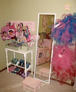 Зеркало и полочки в уголке для девочки