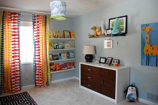 Комод и стенной стеллаж в комнате малыша