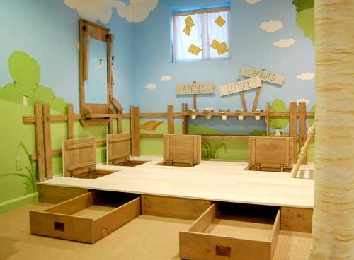 Выдвижные ящики в подиуме. Декорация стен