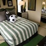 Кровать с покрывалом под цвет одежд футбольного рефери