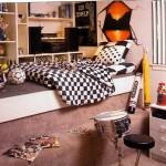 Элементы футбольного дизайна в комнате с кроватью-подиумом