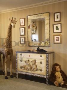 Комод в комнате в стиле сафари