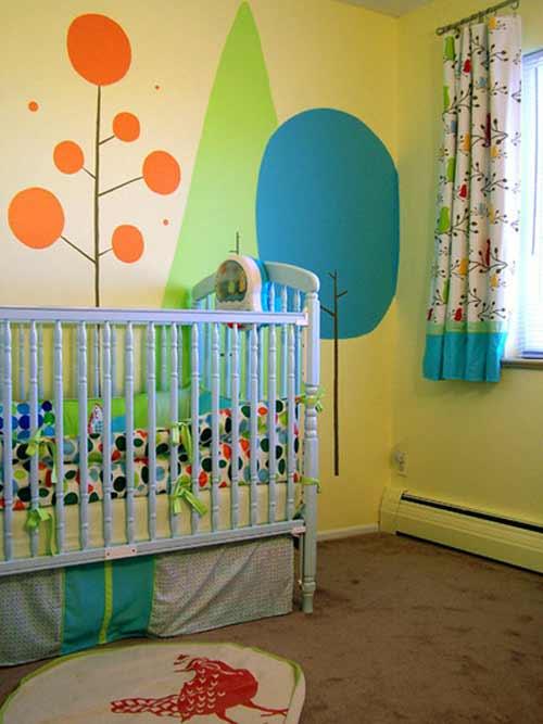 Кроватка, декор стен и окна в комнате новорожденного