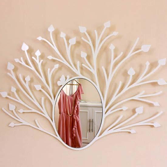 Зеркало в раме, оформленной резьбой