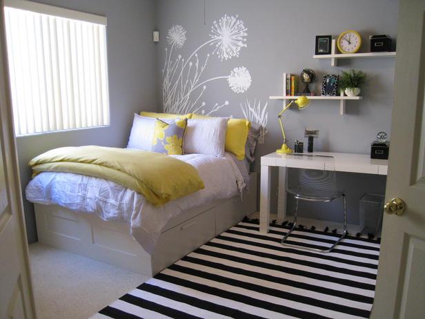 Простая комната с иллюстрацией на стене