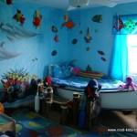 Декорирование стен детской наклейками с яркими рыбами