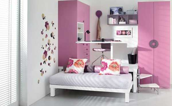 Светлая комната с розовыми элементами