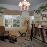 Декор стен комнаты для малыша в стиле сафари. Кресло для мамы