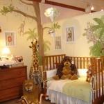 Детская кроватка в комнате сафари