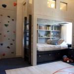 Кровать чердак и стена для скалолазанья в комнате мальчиков