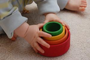 Складывание игрушек малышом