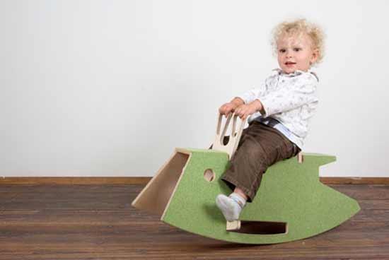 Мальчик на стуле-качалке
