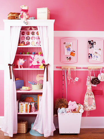 Полки со шторкой и оформление стены в комнате девочки