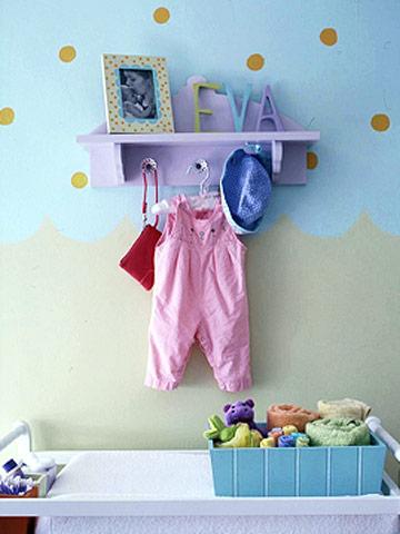 Полочки и вешалки в комнате малыша