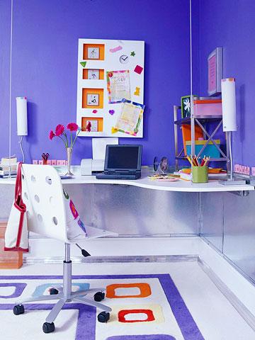 Учебное место в углу комнаты для девочки-школьницы