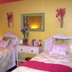 Дизайн в желто-розовых тонах спальни для двух дочек