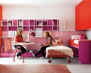 Выкатная кровать в комнате двух девочек-подростков