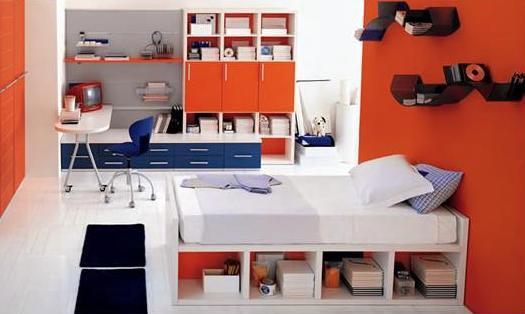 Оранжевые стены в детской