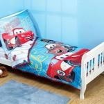 """Кровать с покрывалом и подушкой с рисунком из мультфильма """"Тачки"""""""