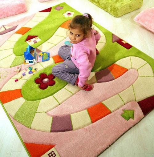 Яркий ковер для комнаты девочки