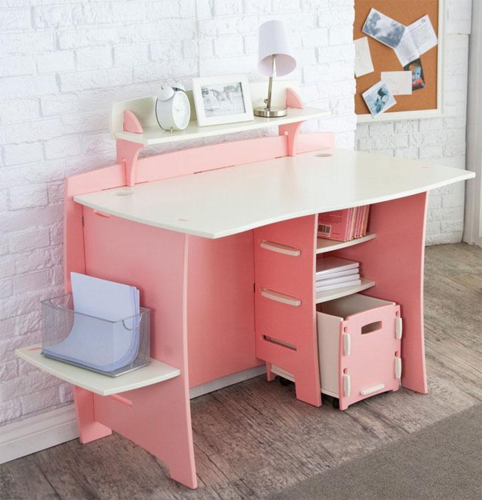 Просторный письменный стол для девочки в розовом цвете