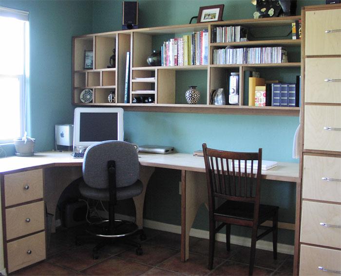 Угловой стол и много полочек