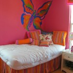 Большая яркая бабочка на стене