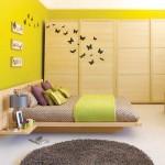 Черные бабочки на стене и шкафу