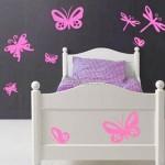 Яркое контрастное оформление стены и кровати
