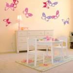Большие разноцветные бабочки в детской маленькой девочки