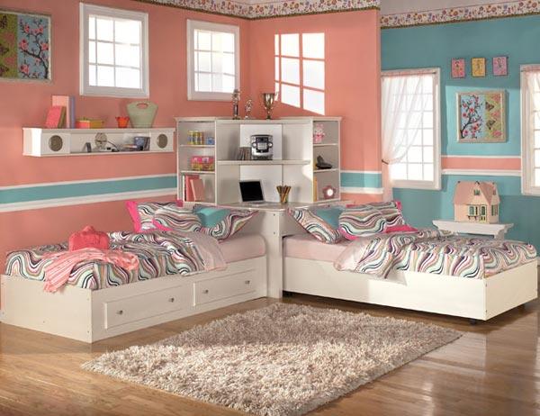 Кровати в углу комнаты