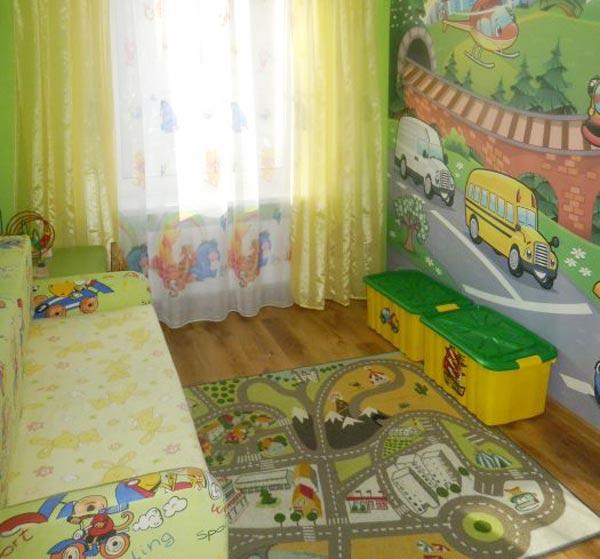 Ковер и игрушки в детской для маленького мальчика