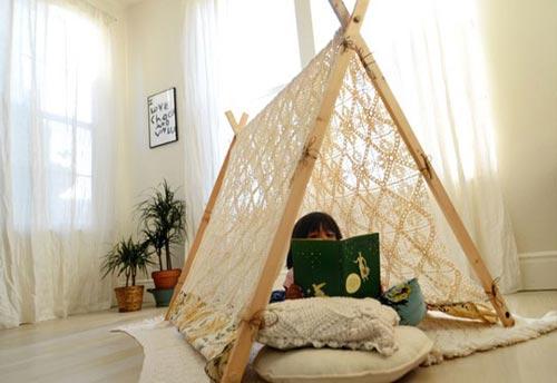 Девочка играет в палатке