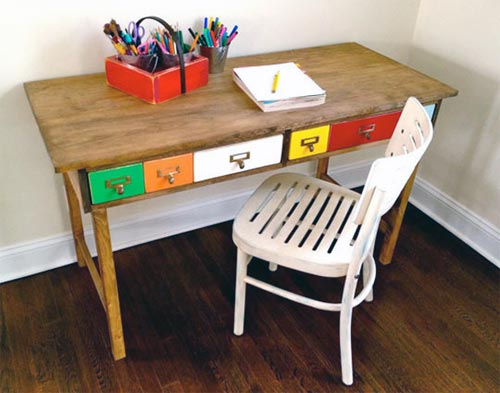 Стол для творчества с покрашенными ящиками