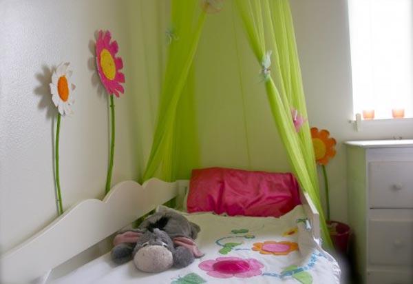 Кроватка с декоративными цветками и покрывалом