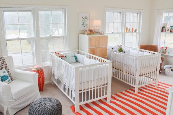 Светлая комната для новорожденных двойняшек