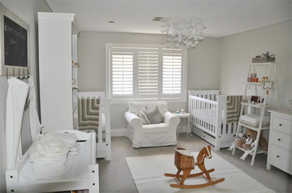 Детская для 2 новорожденных в бело-серых тонах