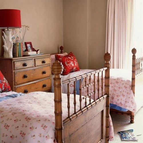 Деревянные кровати с фигурными спинками