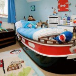 Кровать в виде лодки и ковер с пиратом
