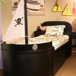 Кровать под пиратским флагом