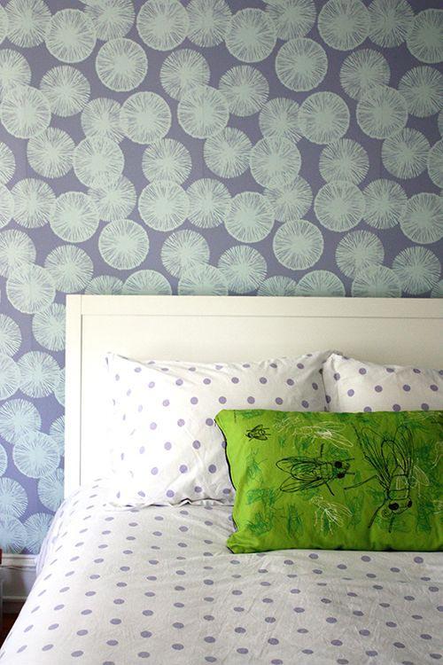 Изголовье кровати и стена с цветочным принтом