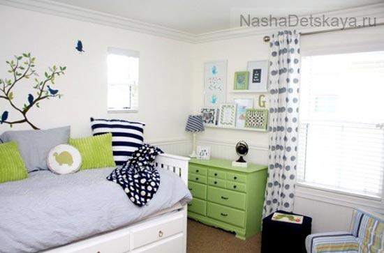 Белая комната с зелеными деталями интерьера