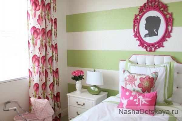 Комната с полосатыми зелеными стенами