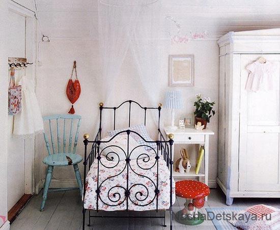 Винтажная кровать в комнате девочки