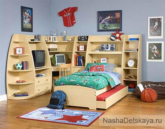 Хорошо продуманная система хранения в комнате мальчика 10 лет